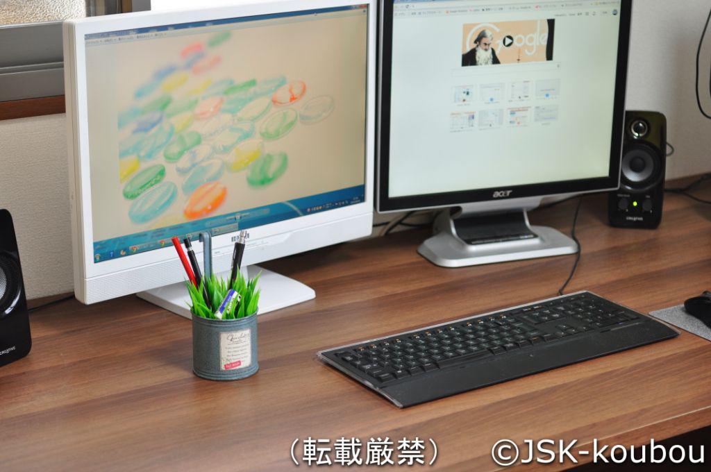パソコンデスクと緑のペン立て