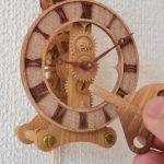 指先ほどの小さな歯車を使った時計
