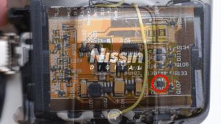 Nissinのカメラフラッシュ[i40]が煙を上げながら異常発熱して破損その2
